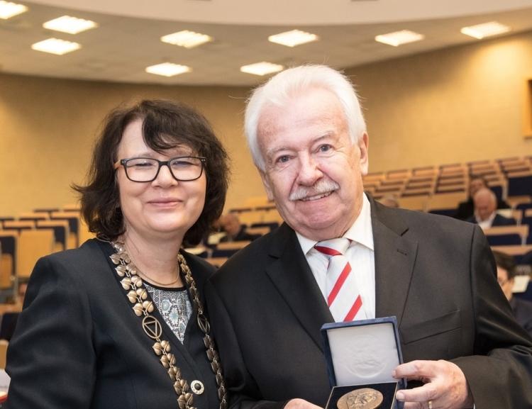 Medaili Aloise Rašína převzal prof.Richard Hindls, emeritní rektor VŠE